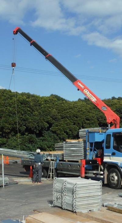 資材運搬 あらゆる仮設資材を運搬し、現場で積み下ろしします。